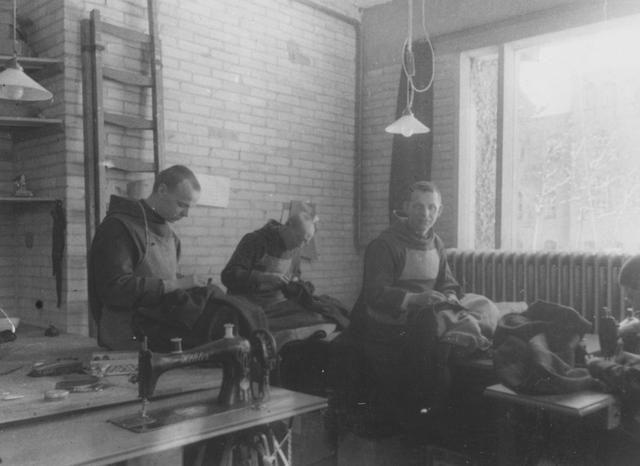 105244 - Monnikenleven De kleermakerij van de Sint Paulusabdij. Kloosters