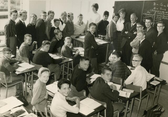 092095 - Klassefoto van klas 3A van de St. PAULUS-HBS, 1963-1964. Leraar: dhr. W. Deckers, boekhouden en handelsrekenen.