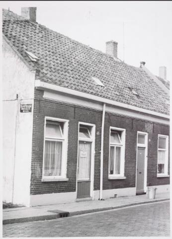 034118 - Voltstraat noordzijde op 18 oktober 1966.V.l.n.r. nr 39 destijds bewoond door de Groot en nr. 37 door ten Brink. Beide panden zijn voor 1970 gesloopt.