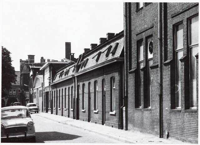 033719 - Stadsvernieuwing. Stedenbouw. Voorgevels van de panden Utrechtsestraat 21 tot en met 25 (oneven) gezien vanaf de richting Spoorlaan; panden rechts zijn gesloopt in verband met de doorbraak Noordhoek.