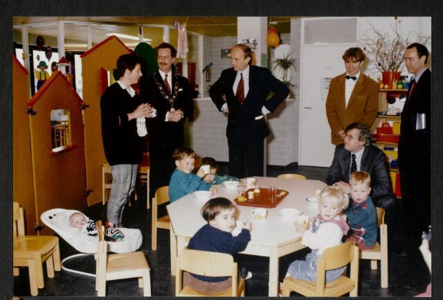 """91261 - Made en Drimmelen. De commissaris van de Koningin in Noord-Brabant de heer Houben (1987-2003) en  de heer Jan Eizinga (1990-2004), burgemeester van Made op bezoek bij de creche tijdens de officiële opening van het Sociaal Cultureel Centrum """"De Mayboom"""" in Made."""