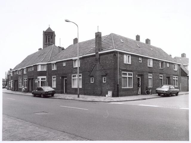 016632 - Broekhovenseweg, met rechts de Van Grobbendonckstraat en op de achtergrond de toren van de kerk van de parochie Broekhoven I