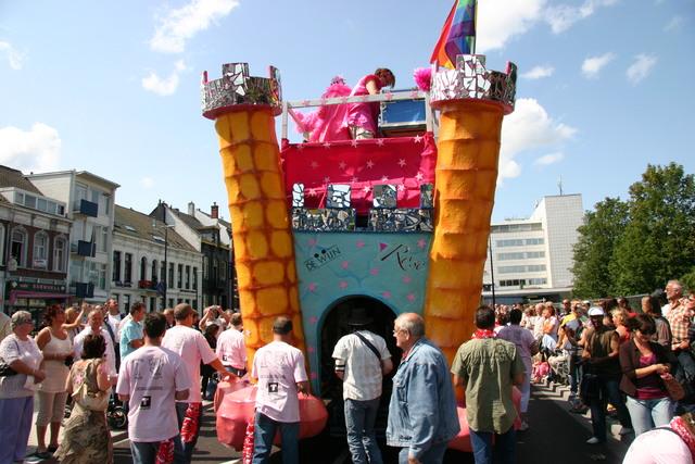 657410 - De T-parade. Een kleurrijke multiculturele optocht door het centrum van Tilburg. De vele culturen van Tilburg worden getoond.