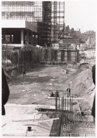 032469 - Bouwput van de voetgangers tunnel onder de Paleisring aan het Stadhuisplein links de bouw van het nieuwe gemeentehuis