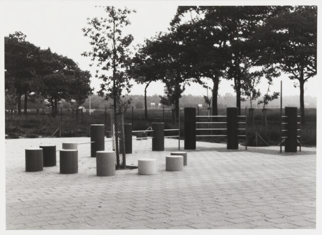 """067629 - SPEELPLASTIEK (1983) van diverse materialen van G. VERHULST (geb. 1932). Lokatie: speelplaats voor de bovenbouw van de RK basisschool voor Dalton-onderwijs """"Helen Parkhurst"""", Bergeijkstraat 20."""