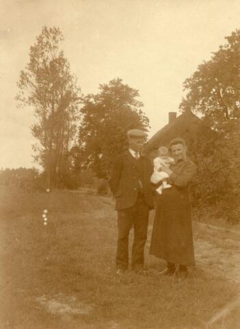 600830 - Kees van der Lee en Catharina van der Lee-van Loon met dochter Marie op het Kraanven. De boerderij op de achtergrond is van Bart van Loon, toen Kraanven 9, nu Kraanven 21.  Kasteel Loon op Zand. Families Verheyen, Kolfschoten en Van Stratum