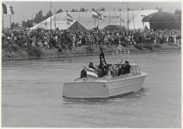 91686 - Made en Drimmelen.  Tijdens de officiële opening van Jachthaven De Biesbosch maakt de burgemeester Cees (C.W.) Smits 1965-1975 samen met enkele genodigden en de havenpolitie een rondvaart door de zojuist geopende jachthaven.