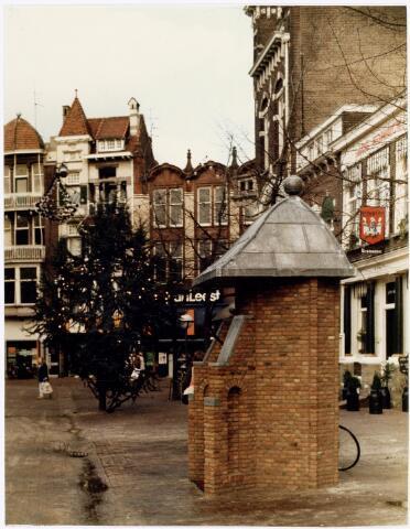 039477 - Volt, Algemeen, Kunstwerken, Monument, Voltpomp. De Voltpomp op de Oude Markt was een geschenk van Volt aan de Tilburgse Gemeenschap ter gelegenheid van het 75-jarig bestaan in 1984. Deze kopie van de originele stadspomp is vervaardigd naar een oude prent uit 1740 en staat op dezelfde plek. Deze foto is gemaakt bij de in bedrijfstelling door burgemeester Letschert op 21 december 1984. Namens Volt waren daarbij aanwezig de H.H. van Erve, Iding en Vermeulen.