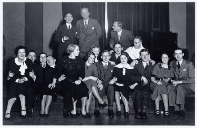 104027 - Toneel. toneelvereniging 'The Showboat' onderafdeling van de Philharmonie, na de opvoering van het stuk Ín de mist' in de zaal van de liedertafel op 16 januari 1936.