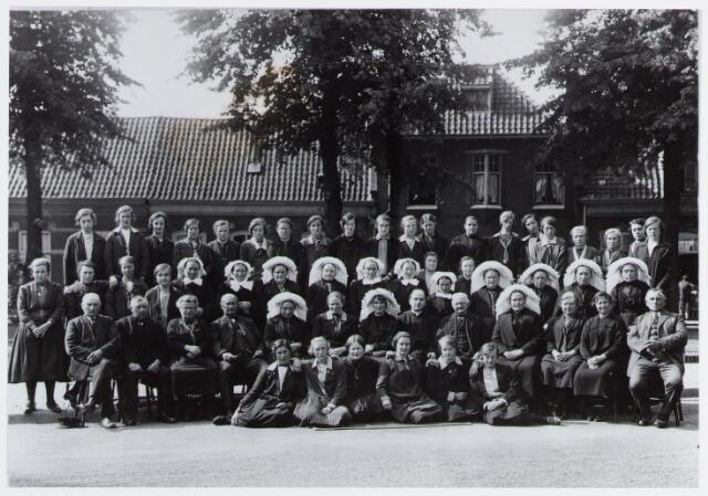 057310 - De Oisterwijkse boerinnenbond t.g.v. de oprichting in 1929 op het Kerkplein