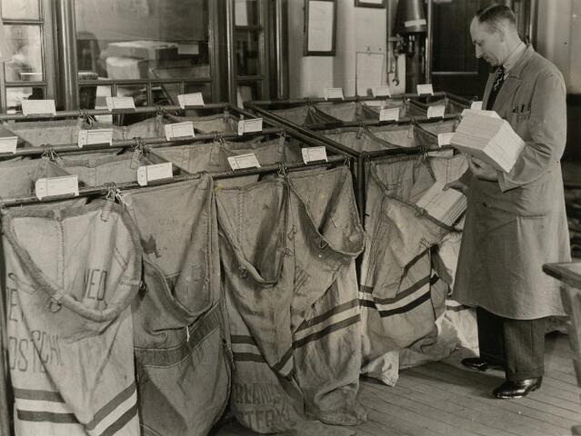 603429 - Post sorteren.  Het Post- Telegraaf- en Telefoonkantoor aan de Telegraafstraat 39 in Tilburg. Foto uit ´Je Taalboek´ van frater Victor van Nispen. Rond 1936.