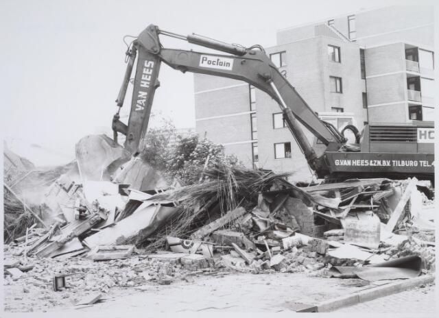 026177 - Op 11 juni 1982, precies om 15.00 uur, begon de firma Van Hees met de sloop van garage Oppermans aan het Lijnsheike, waarmee een einde kwam aan een langdurig conflict tussen eigenaar en gemeente. Deze foto werd gemaakt rond 15.30 uur