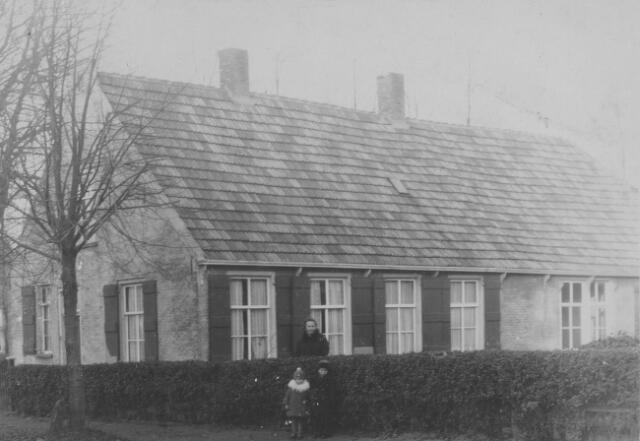 065890 - Wielstraat hoek Grutterijstraat.  Saartje Verhagen Hoefnagel, kinderen Jo en Gert Verhagen.