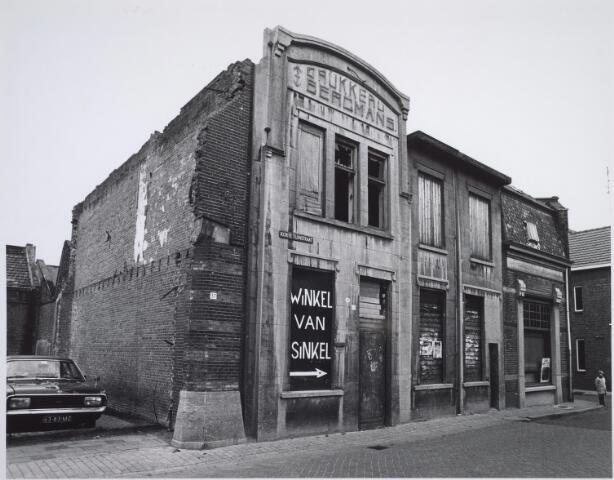 025550 - Slooppanden aan de Korte Tuinstraat medio 1977 Winkel van Sinkel