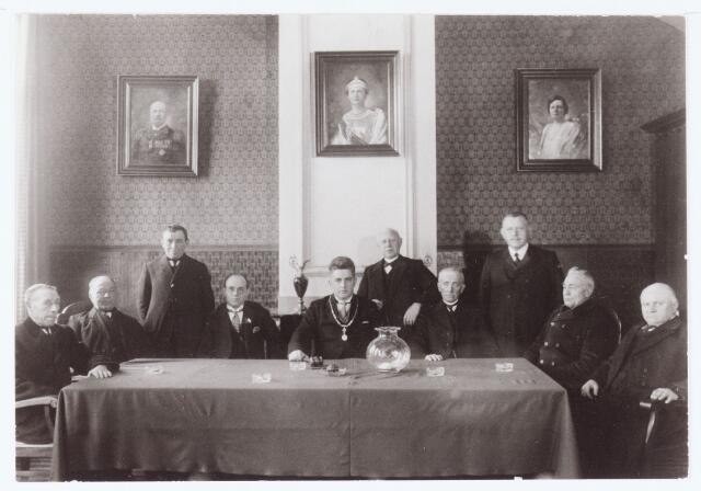 063735 - Het college van Burgemeester ( Panis) en Wethouders en Raad van de gemeente Berkel-Enschot in het voormalige gemeentehuis aan de Burgemeester Brendersstraat te Berkel