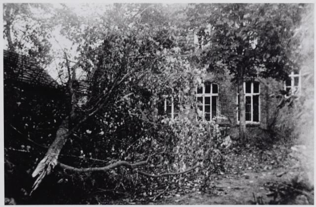 045682 - WO2 ; WOII ; Tweede Wereldoorlog. Oorlogssschade aan de berging achter het klooster van de paters missionarissen van de H. Familie op Nieuwkerk.