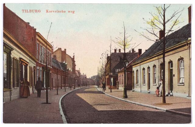 001532 - De Korvelseweg in zuid-westelijke richting. Rechts achter de lantaarnpaal begint de Van Sonstraat, genoemd naar smid Adrianus Josephus van Son die woonde in het huis dat staat in het verlengde van de lantaarnpaal. Op 24 november 1900 werd de naam Van Sonstraat officiëel vastgesteld door de raad 'lopende van den Korvelschen weg bij smid Van Son tot aan de Capucijnenstraat'. Hoefsmid Van Son overleed te Tilburg op 30 april 1915. Zijn zonen vestigden zich daarna als hoefsmid in het pand van hun vader, Korvelseweg nr. 57 (nu nr. 39) en het er naast gelegen pand Korvelseweg nr. 59.