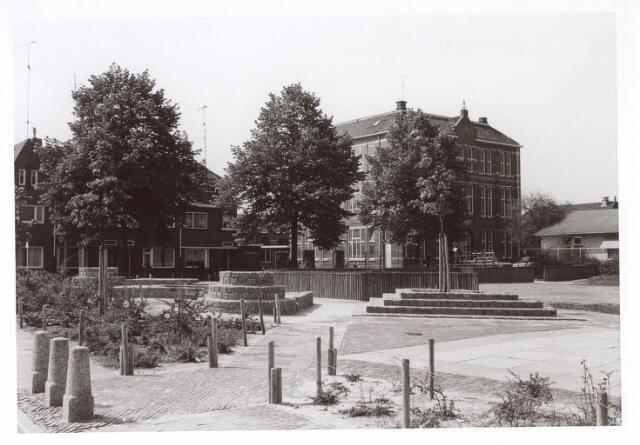 018133 - Speelterrein op e hoek Elzenstraat - St.-Ceciliastraat. Op de achtergrond de lagere school