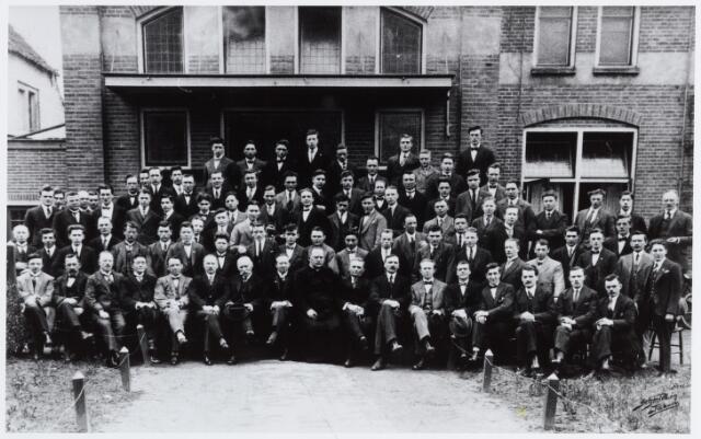 057183 - Oisterwijk. De leden van de Kunstkring Oisterwijk. Vooraan in het midden kapelaan Litjens. De Kunstkring kende als onderafdelingen een orkest, een zangkoor, een harmonie en een toneelvereniging.