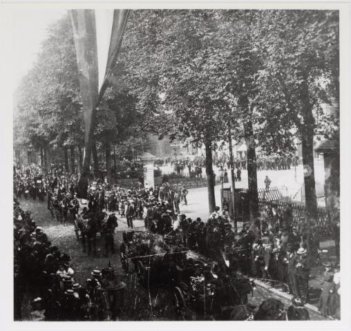 042612 - Grote publieke belangstelling voor het optreden in juni 1905 van een militair muziekkorps op het Stationsplein