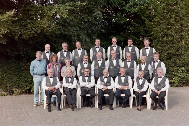 1237_001_056_001 - Sport. Biljart. Groepsfoto van leden van waarschijnlijk de Hilvarenbeekse biljartvereniging BVTO in 1996.
