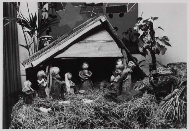 053146 - Driekoningen zingen in wijkgebouw Groeseind op 6 januari 1981