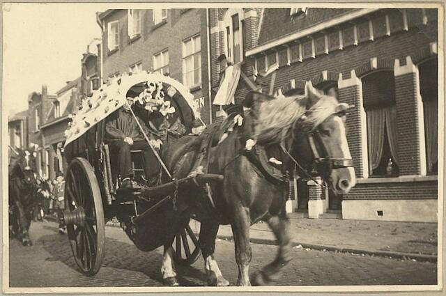 """604062 - Koningswei, Tilburg. Ter gelegenheid van de bevrijding van Tilburg op 27 oktober 1944 (geboortedag van Peerke Donders) was er die maand een feest georganiseerd. Leden van het wijkvereniging  Koningswei namen er aan deel met een """"Boerenovertrek'."""
