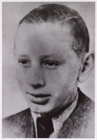 604531 - Johannes Adrianus G. van Gestel; geboren op 24 oktober 1924 in Tilburg en overleden op 4 januari 1945 in Neuengamme.  Johannes van Gestel was ondergedoken en werd in Tilburg gearresteerd op 19 juli 1944. Hij overleed als gevolg van een ziekte.
