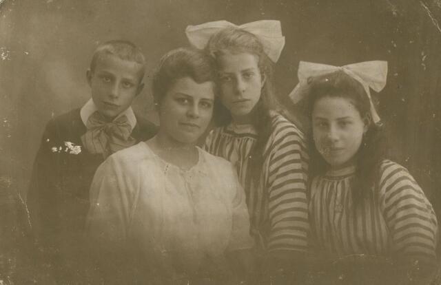 066113 - Kinderen Vorselaars-van Santvoort. Van links naar rechts: Adrianus H.C.M. Vorselaars geboren te Tilburg op 18 augustus 1907 en aldaar overleden op 24 april 1928, Elisabeth M.J. (Lies) Vorselaars geboren te Tilburg op 20 december 1898 en aldaar overleden op 8 februari 1953 (zij trouwde in 1920 met Gerardus J.N. Haans), Anna M.C.J. Vorselaars, geboren te Tilburg op 7 maart 1905 en aldaar overleden op 29 december 1965 (zij trouwde Hendricus P.J. Klomp) en Carolina M.B.J. (Carolien) Vorselaars, geboren te Tilburg op 22 augustus 1906 (zij trouwde met André Janssens)