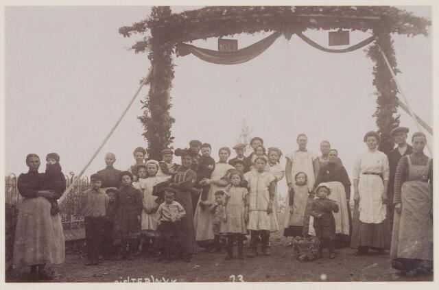 078729 - Ereboog te Oisterwijk (1813-1913) onafhankelijkheidsfeest. links: het kerkhofhek.