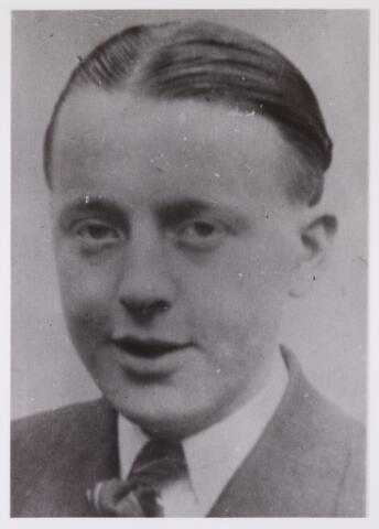 604515 - Tweede Wereldoorlog. Oorlogsslachtoffers. Henricus Martinus van de Wouw; werd geboren op 6 juni 1923 in Tilburg en overleed op 9 januari 1945 in het concentratiekamp Neuengamme, Duitsland . Werkweigeraars en contractbrekers die opgespoord werden, werden vóór het ondergaan van straf naar het concentratiekamp Amersfoort, Ommen of Vught gestuurd en vandaar naar andere kampen in Duitsland of naar een Arbeitserziehungdlager. Sommigen bleven gevangen zitten in het concentratiekampsysteem, anderen werden, nadat zij hun straf hadden uitgezeten, in Duitsland te werk gesteld. Henricus van de Wouw werd op 18 augustus 1944 gearresteerd in Tilburg en overleed in Duitsland aan de gevolgen van een longontsteking.