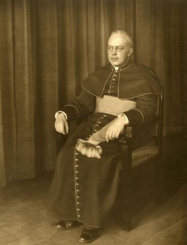 071484 - mgr. Franciscus Alardus Josephus Antonius Goijaerts, geboren te Tilburg op 1 april 1884, zoon van Leonardus Johannes Goijaerts en Maria Clara Antonia Vermeulen. Hij werd priester gewijd op 5 juni 1909 en was achtereenvolgens professor aan het klein seminarie, directeur van het groot seminarie en regent van het klein seminarie. Daarnaast was hij kanunnik van het kathedraal kapittel (1931), geheim kamerheer van de paus (1934) proost van het kathedraal kapittel (1946) en huisprelaat van de paus (1949) Hij overleed plotseling in het seminarie op 4 november 1949.