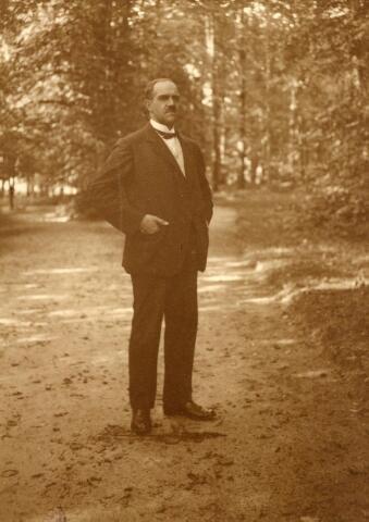 600694 - OLIVIER F.J.H.M. van STRATUM, geb. 18-2-1883 als zoon van Olivier A.M.H. van Stratum en Sophia M.A. Borret. Hij huwde in 1913 met jkvr. Aline Verheijen, een zus van de amateurfotografe Mary Kolfschoten-Verheyen. Olivier maakte carrière bij de rechterlijke macht in België. Al vanaf 1905 was hij actief als amateur-fotograaf. Zijn eerste foto's maakt hij tijdens een reis naar Egypte. Samen met zijn schoonzus Mary Kolfschoten-Verheyen trok hij er in de zomer van 1923 op uit om de landelijke omgeving van Loon op Zand vast te leggen in een serie van 310 contactafdrukken.  Kasteel Loon op Zand. Families Verheyen, Kolfschoten en Van Stratum