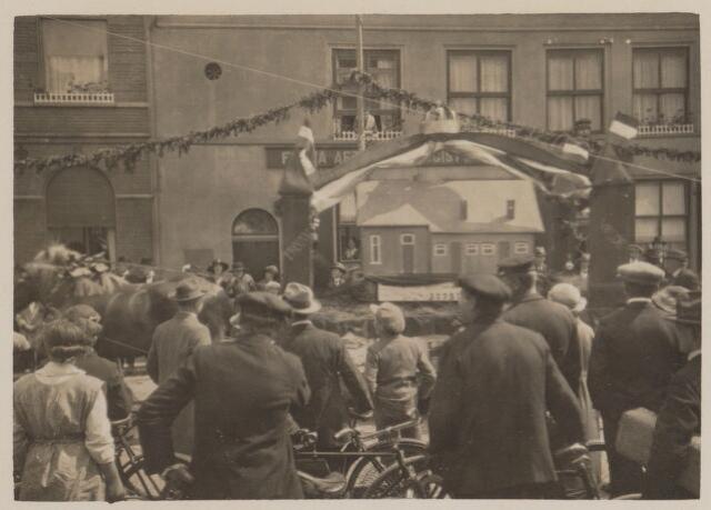 100200 - Huis van Oranje. Praalwagens tijdens het regeringsjubileum.