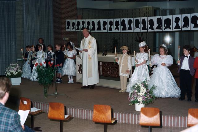 1237_002_285-2_013 - Religie. Rooms Katholieke Kerk. Pius X parochie . Communicanten hebben een doopkaars in de hand.