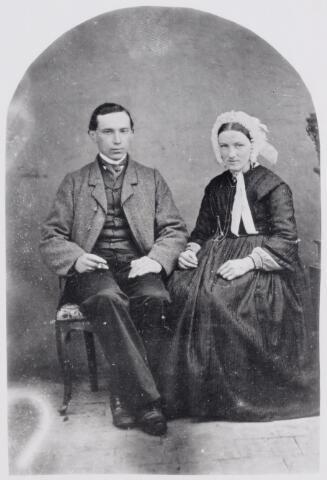 046083 - Hendrik van Puijenbroek werd geboren te Goirle op 27 oktober 1845 als zoon van Adriaan van Puijenbroek en Adriana Cornelia Troeijen. Officiëel werd Hendrik op 1 juni 1865 oprichter van de firma H. van Puijenbroek. Zijn eerste transactie als linnenkoopman dateert echter van 26 mei 1865. Op de foto rechts de eerste vrouw van Hendrik, Joanna Wilhelmina Krapels, geboren te 's-Hertogenbosch op 20 oktober 1842 als onwettige dochter van Maria Theresia Krapels. Zij overleed te Goirle op 27 mei 1882. Hendrik hertrouwde te Goirle op 17 januari 1883 met Maria Martha van der Grinten, geboren te Helmond op 17 juli 1843 en in Goirle als onderwijzeres verbonden aan de r.k. bijzondere meisjesschool. Hendrik van Puijenbroek overleed te Tilburg, waar hij woonde aan de Stationsstraat, op 31 januari 1934.