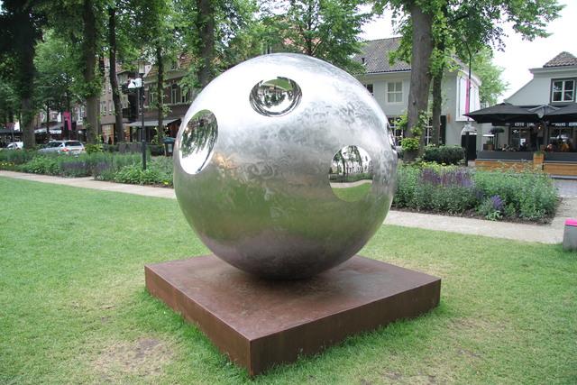 658118 - Kunst en cultuur. De eerste editie van Art in Oisterwijk in 2017. Tijdens deze tweejaarlijkse kunstmanifestatie zijn sculpturen te zien aan De Lind en in de naastgelegen galerieën.