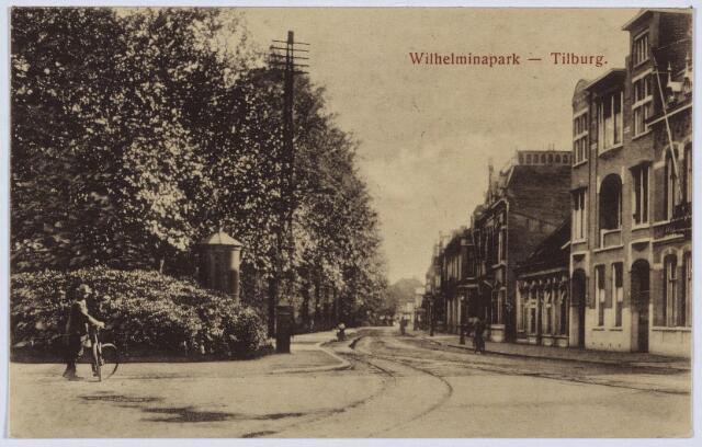 002769 - Westzijde van het Wilhelminapark richting Gasthuisstraat. Links, ter hoogte van de man met fiets, zal in 1926 het standbeeld van Petrus Donders geplaatst worden.