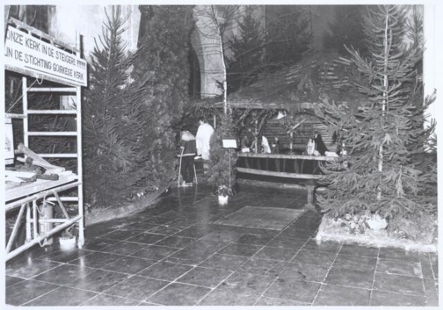 019672 - Kerststal in de Goirkese kerk. Links een steiger van de Stichting Goirkese Kerk, die geld bijeen wilde brengen voor de restauratie van de kerk