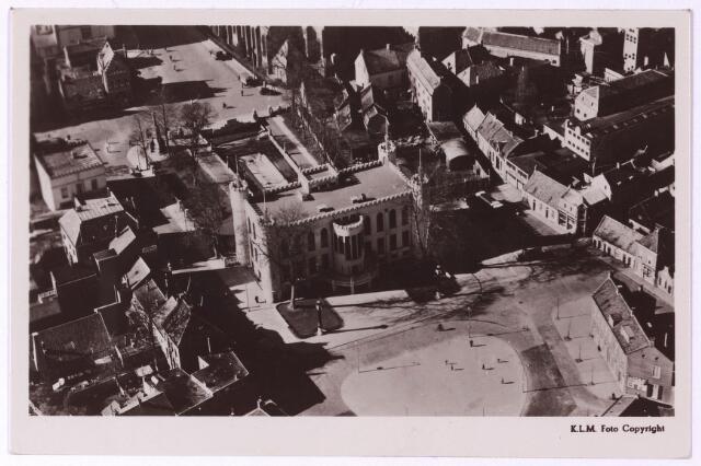 002421 - Luchtfoto; Achterzijde paleis-raadhuis met Willemsplein. Links van het paleis de Paleisstraat, achter het paleis de Markt.