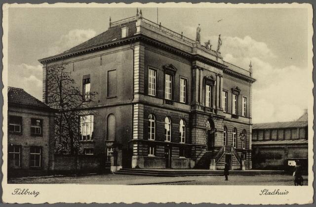 010579 - Woonhuis van gemeentebode Aug. J. de Laat, voormalig gemeentehuis en boterhal aan de Markt, nu Stadhuisplein.