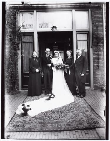 007277 - Alb.F.W.M. Kneepkens (apotheker) en Riet H.C. de Pont. Huwelijksinzegening op 2 mei 1942 te 10.00 in de kerk van het Heilig Hart Noordhoek Tilburg (bruidspaar met ouders).