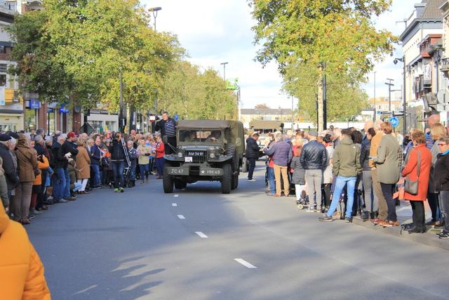 658372 - Tilburg 75 jaar bevrijd. Een optocht met militaire voertuigen en taptoe door de Tilburgse binnenstad op 27 oktober 2019.