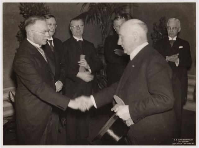 103460 - Bij het 25-jarig bestaan van de R.K. Openbare Bibliotheek. vlnr: drs. Michels, ir. Coomans, H. Mannaerts, Horvers, burgemeester mr. dr. F. Vonk de Both, ir. J. Merxc.