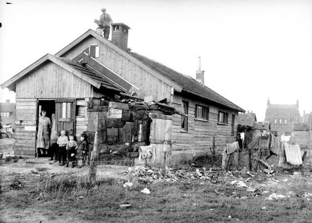 650589 - Schmidlin. Houten noodwoning uit de Eerste Wereldoorlog op een terrein aan de Wichmanstraat. Eind jaren twintig van de twintigste eeuw zijn ze afgebroken.