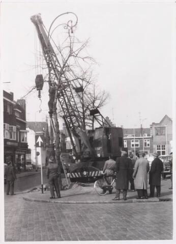 028592 - In mei 1964 vinden er opruimingswerkzaamheden plaats in verband met de reconstructie van het Piusplein, een oude lantaarn moet weg