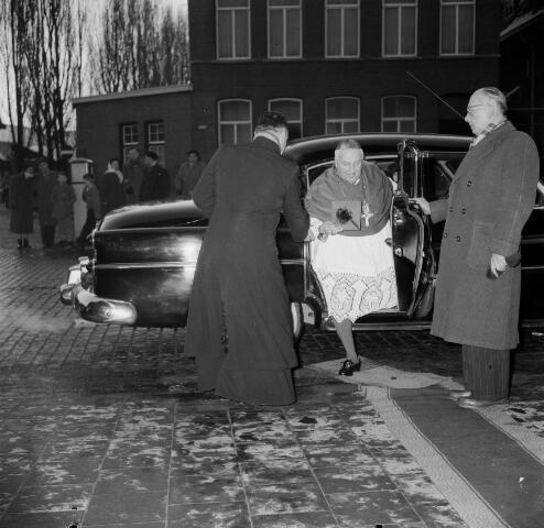050561 - Installatie: pastoor van het Heike. Bekkers, Wilhelmus Marinus (1908-1966) Wilhelmus Marinus Bekkers - wiens roepnaam Willem, Rinus of Rinie was - werd op 20 april 1908 te Sint-Oedenrode geboren als zoon van de landbouwer Willem Bekkers en Barbara Krol. Op 9 mei 1966 overleed hij op 58-jarige leeftijd aan de gevolgen van een hersentumor. Zijn uitvaart in de Sint-Janskathedraal te 's-Hertogenbosch en de begrafenis op het kerkhof van de Sint-Martinusparochie in zijn geboortedorp groeiden uit tot een nationale gebeurtenis.