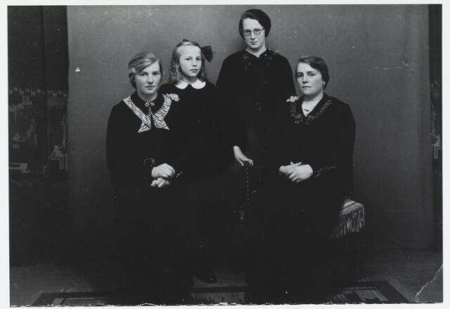 055957 - De gezusters van den Biggelaar uit Esbeek in 1935. v.l.n.r. Bet van Kollenburg - v.d. Biggelaar, Dina van Oirschot - v.d. Biggelaar, Sus v.d. Biggelaar (zuster Lisette) en Jana de Kort - v.d. Biggelaar.
