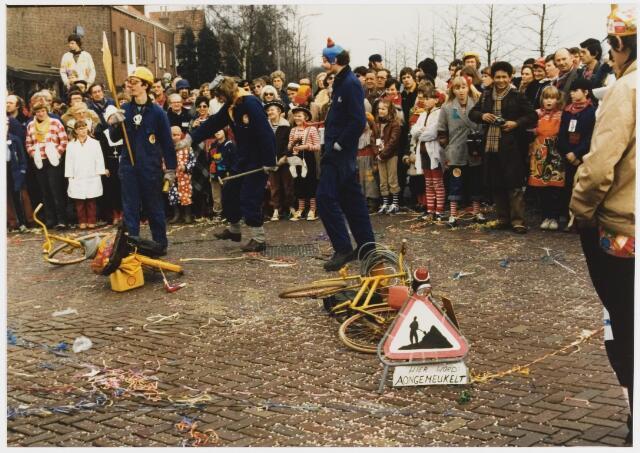 068326 - Carnaval 1980. Een kleine groep in de carnavalsoptocht.