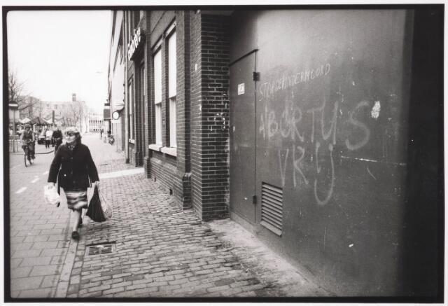 033577 - Achterzijde van City-center en het pand van Gimbrère aan de Tuinstraat met daarop het rode fietspad